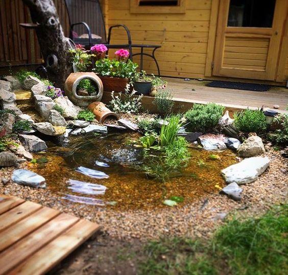 Kolam ikan minimalis ini cocok untuk dekorasi taman di halaman belakang atau depan rumah Anda