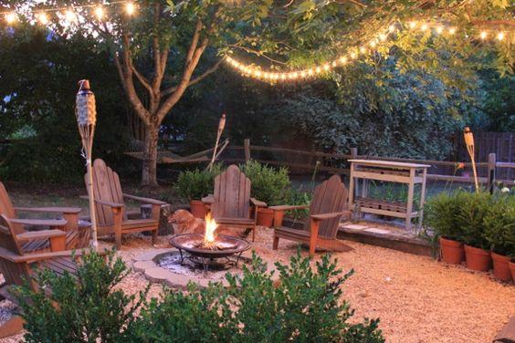 Taman dengan tema rustic ini juga cocok untuk halaman belakang rumah, dengan desainnya yang alami menambah hangat suasana bersantai bersama keluarga.