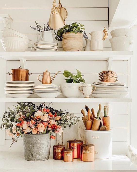 floating shelves atau rak dinding yang bisa digunakan untuk menyimpan peralatan makan