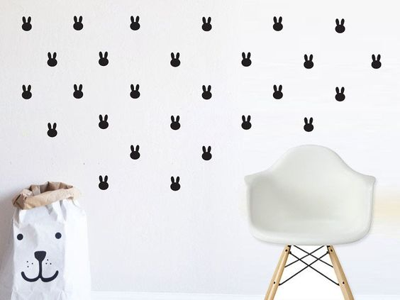 Dekorasi dinding bisa juga menggunakan Sticker dinding atau Wall decal.